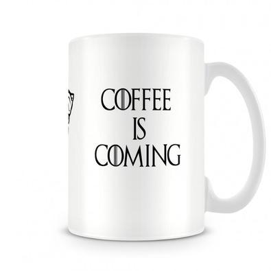 Caneca Game Of Thrones Coffee Is ComingUma caneca de uma das melhores séries que já existiu e de um dos personagens mais queridos. Game of Thrones - J